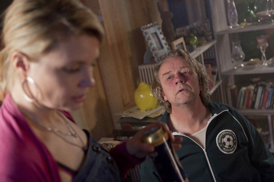 Ein neuer Fall für Danni (Annette Frier, l.): Kurt (Axel Siefer, r.) ist nicht gerade begeistert davon, dass seine Tochter einem Vergewaltiger beist... - Bildquelle: Frank Dicks SAT.1