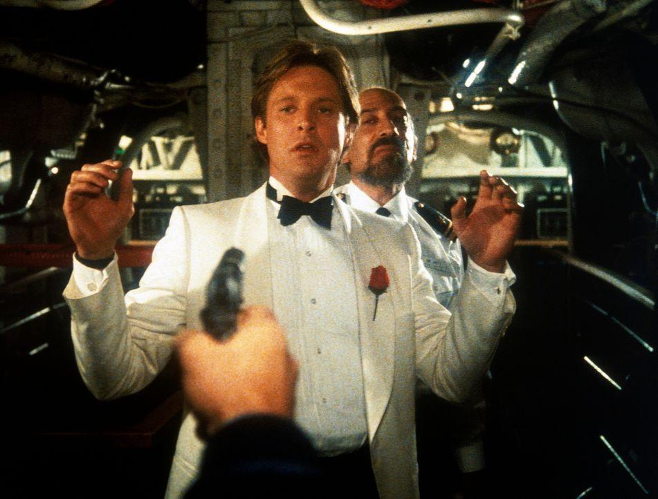 Geheimagent Lee (Bruce Boxleitner) steckt ganz schön in der Klemme, als er im Frachtraum eines Luxusdampfers große Mengen Gold findet, denn die zwie...