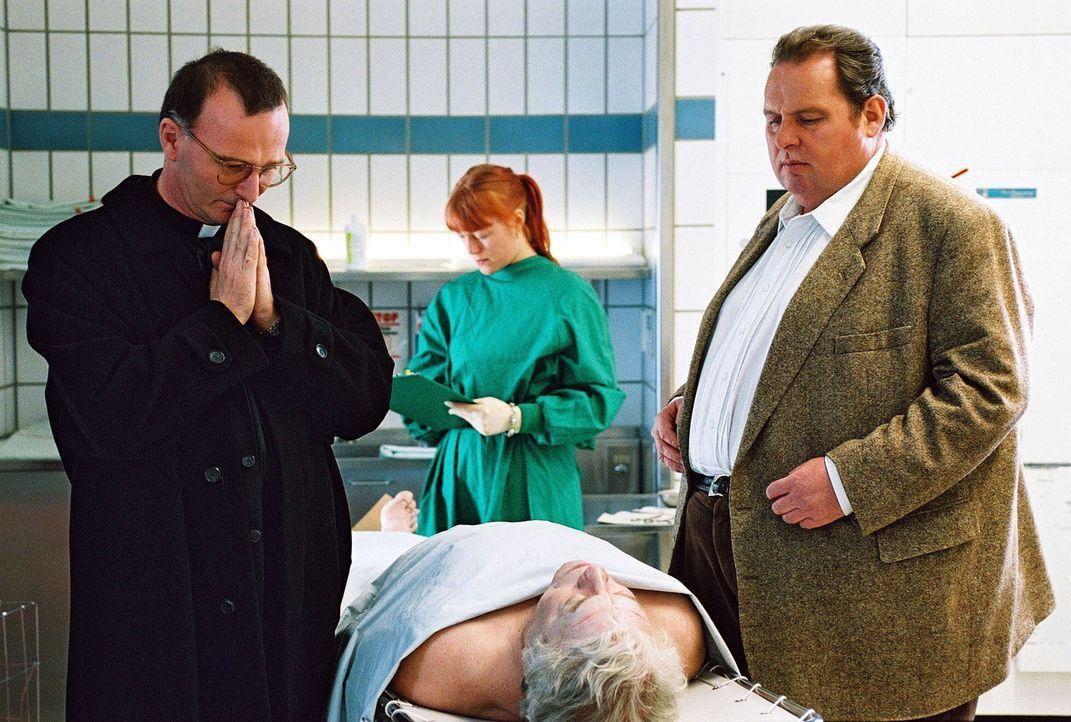 Prälat Hinter (Michael Lerchenberg, l.) kann gar nicht glauben, dass jemand Weihbischof Strobl (Jochen Striebeck, M.) umgebracht haben soll, wie es... - Bildquelle: Aki Pfeiffer Sat.1