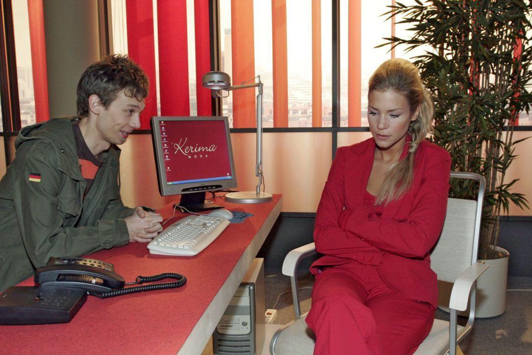 Jürgen (Oliver Bokern, l.) bekommt zufällig mit, dass Sabrina (Nina-Friederike Gnädig, r.) finanzielle Probleme hat. - Bildquelle: Noreen Flynn Sat.1