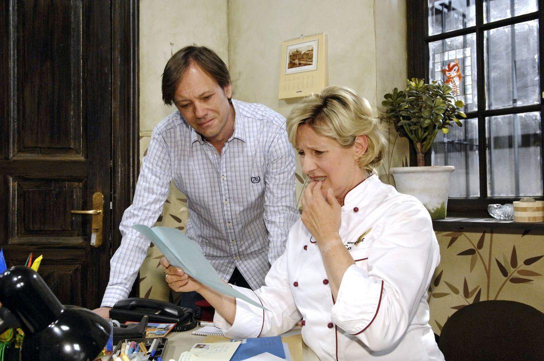 Susanne (Heike Jonca, r.) zeigt Armin (Rainer Will, l.) die ersten zweifelhaften Antworten auf die Kontaktanzeige für Paloma. - Bildquelle: Claudius Pflug Sat.1