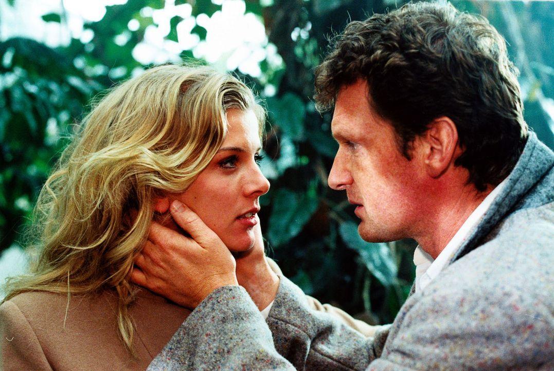 Viola (Eva Habermann, l.) und ihr Schwager Christian (Gabriel Barylli, r.) haben eine leidenschaftliche Affäre. - Bildquelle: Christian A. Rieger SAT.1