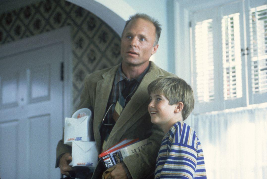 Noch ahnt Tom (Ed Harris, l.) nicht, dass sein Sohn Frank (Michael Patrick Carter, r.) ihn verkuppeln will ... - Bildquelle: TM, ® &   1994 by Paramount Pictures. All Rights Reserved.