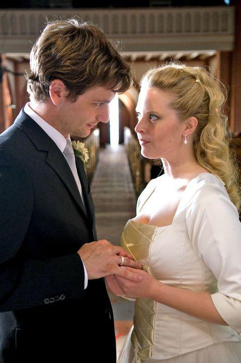 Ohne ihre Mutter zur eigenen Hochzeit eingeladen zu haben, heiratet Greta (Diana Amft, r.) David (Florian Stetter, l.). - Bildquelle: Willi Weber Sat.1