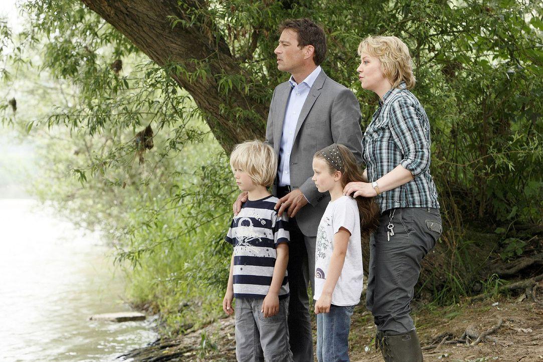 Sonja (Floriane Daniel, r.) und Mark (Jan Sosniok, 2.v.l.) haben die Kinder (Tom Hoßbach, l.; Julia Scherlitz, 2.v.r.) am Flussufer entdeckt. Mit ba... - Bildquelle: Guido Engels Sat.1