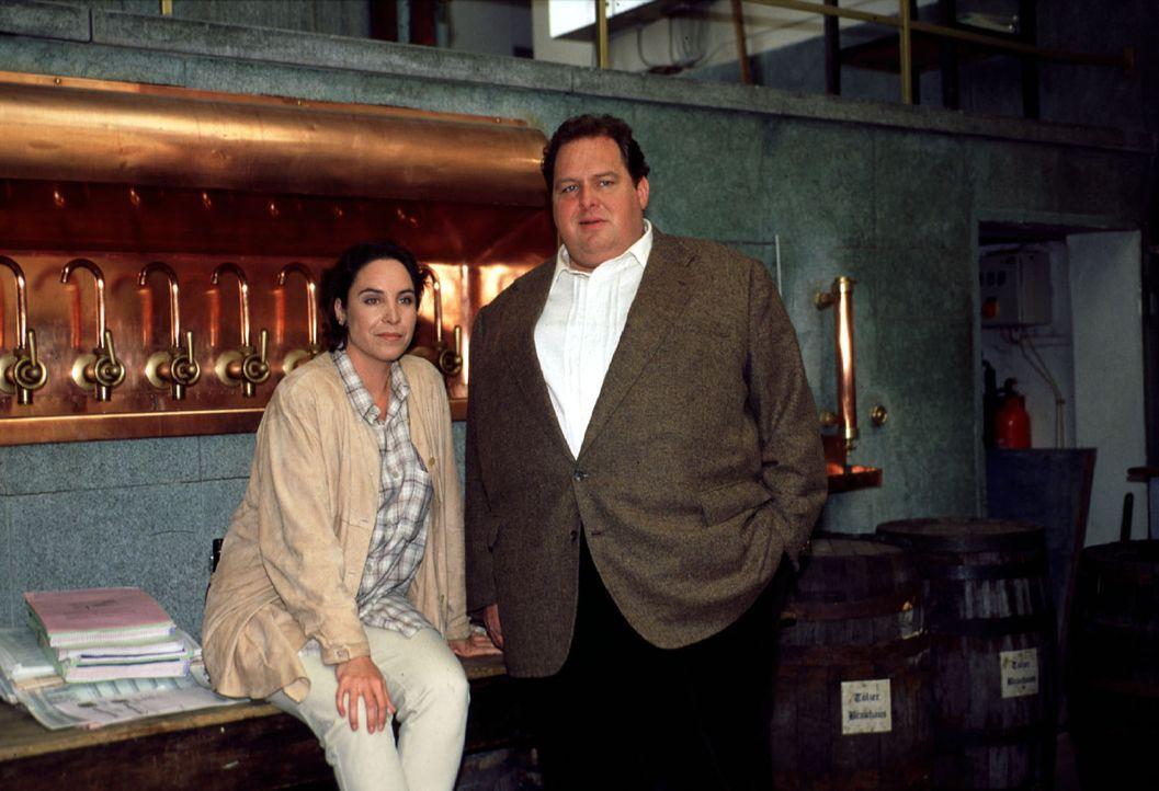 """Sabrina Lorenz (Katerina Jacob, l.) und Benno Berghammer (Ottfried Fischer, r.) sehen sich im """"Tölzer Brauhaus"""" um. - Bildquelle: Magdalena Mate Sat.1"""