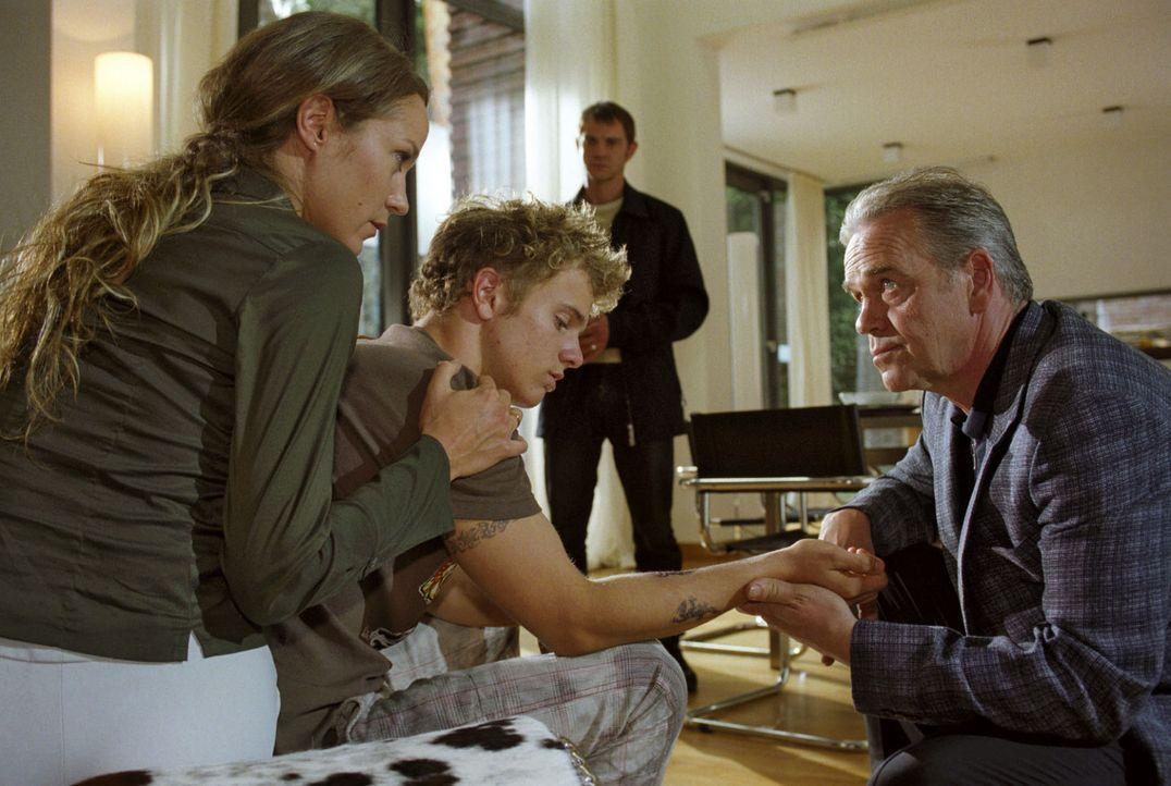 Kommissar Wolff (Jürgen Heinrich, r.) glaubt zunächst, dass Dirk Bronnen (Tobias Retzlaff, 2.v.l.) seinen Vater getötet hat und nimmt ihn im Beisein... - Bildquelle: Claudius Pflug Sat.1