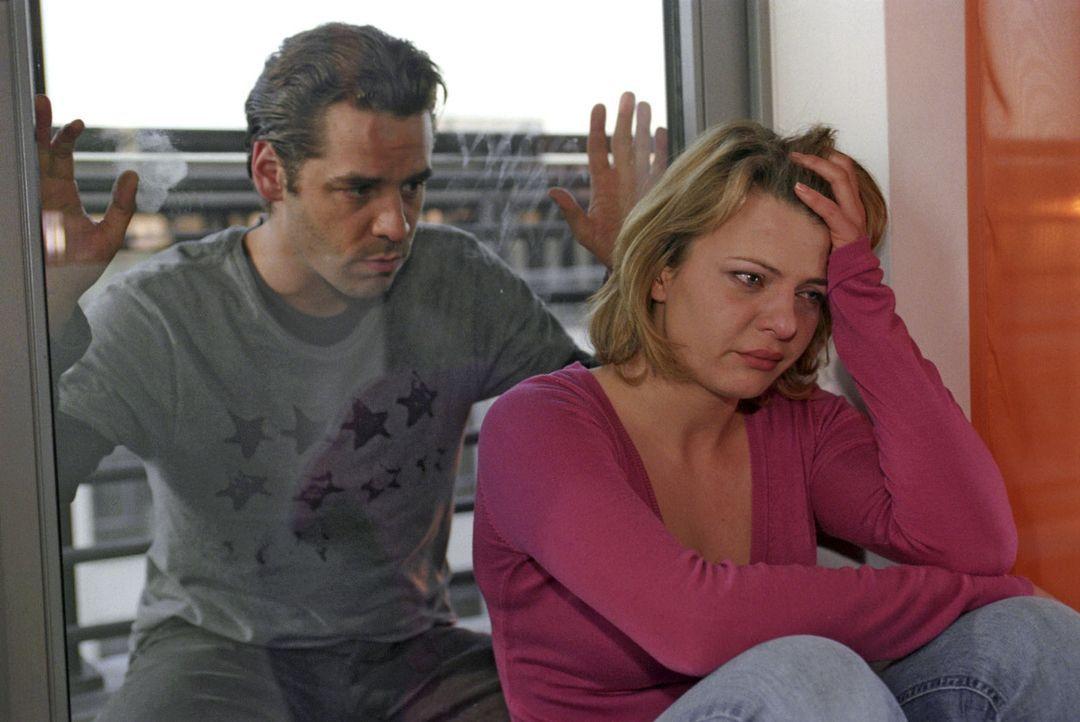 Melissa Hacht (Jördis Triebel, r.) ist verzweifelt. Auch wenn sie mit dem Fotografen Benjamin Dreyher (Tobias Oertel, l.) ein Verhältnis hat, hatte... - Bildquelle: Claudius Pflug Sat.1