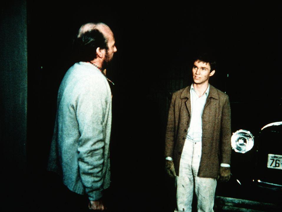 John-Boy (Richard Thomas, r.) braucht dringend einen fahrbaren Untersatz. Er verhandelt mit Hyders (Ed Lauter, l.), der einen gebrauchten Wagen anzu... - Bildquelle: WARNER BROS. INTERNATIONAL TELEVISION