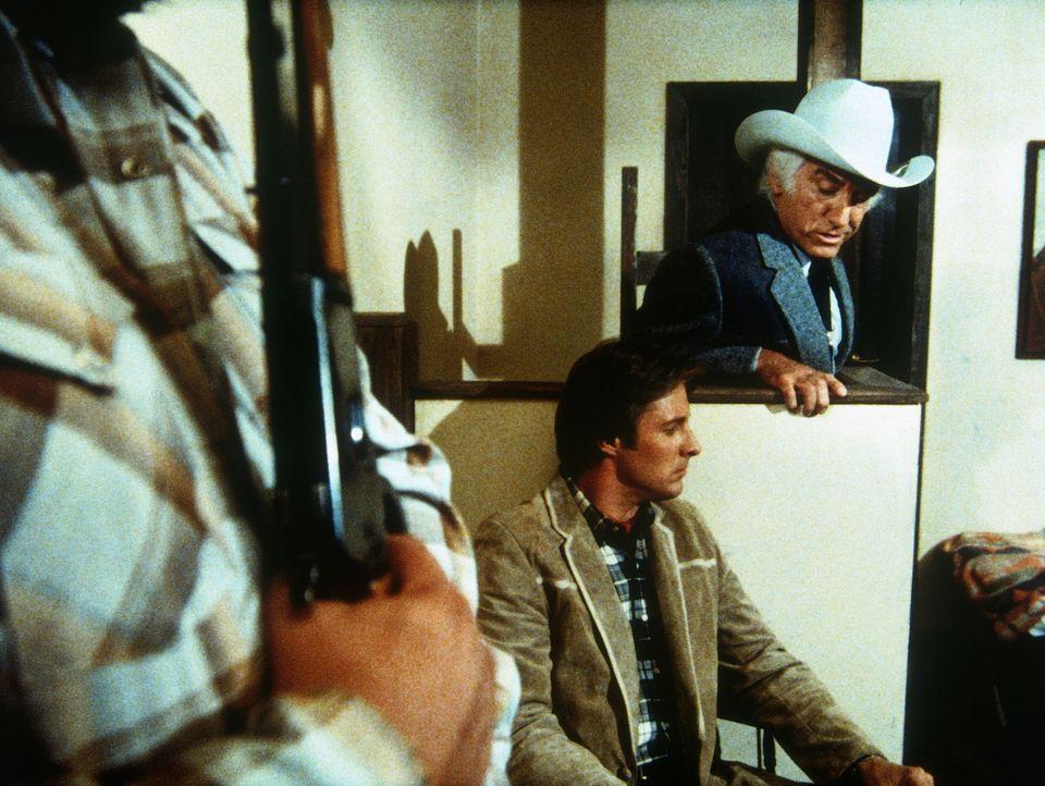 Als Lee (Bruce Boxleitner, M.) dem Ölmilliardären Bo Johnson (Morgan Woodward, r.) auf die Schliche kommt, nimmt dieser ihn als Geisel. Kommt Amanda... - Bildquelle: CBS Television