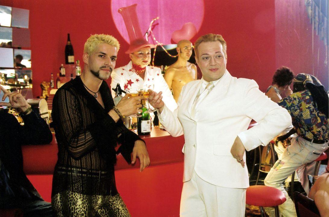Dietrich (Jan Gregor Kremp, r.) lebt seit neun Jahren glücklich mit seinem Freund Max (Pasquale Aleardi, l.) zusammen. Max' sehnlichster Wunsch ist... - Bildquelle: Claudius Pflug Sat.1