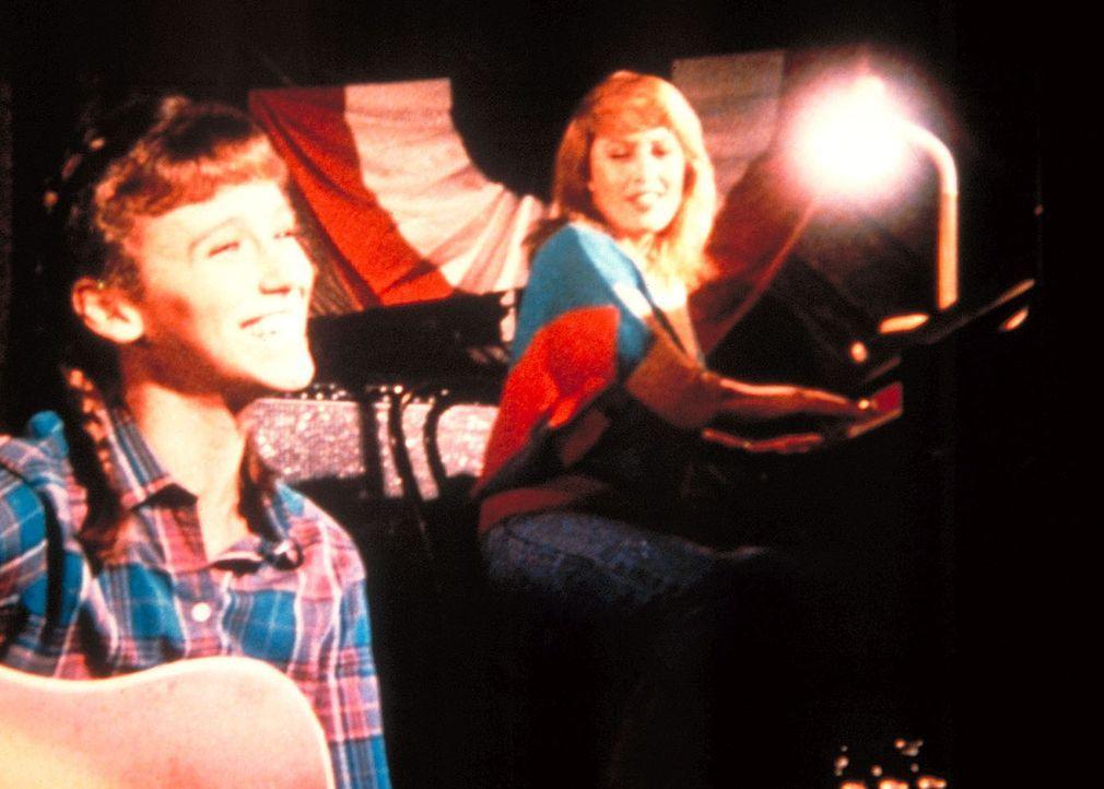 Mutter (Ronee Blakeley, r.) und Tochter (Michele Greene, l.) üben für den gemeinsamen Auftritt. - Bildquelle: Worldvision Enterprises, Inc.