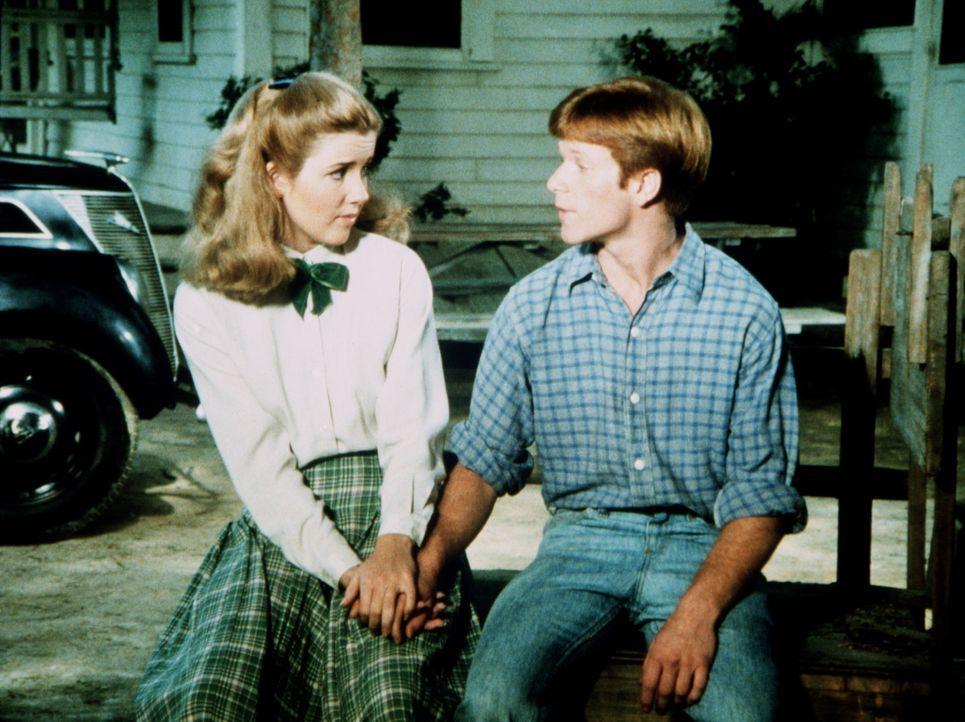 """Ben (Eric Scott, r.) hat einen wirklich guten Grund, die """"Stallwache"""" zu übernehmen, während der Rest der Familie einen Kurzurlaub macht: Darlene (M... - Bildquelle: WARNER BROS. INTERNATIONAL TELEVISION"""