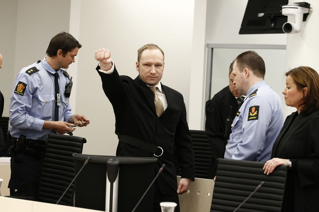 Am 22. Juli 2011 begeht Anders Behring Breivik (2.v.l.) einen Anschlag auf der Insel Utøya - sein rechtsextremistisches Motiv: Norwegen gegen den Is... - Bildquelle: Twofour Broadcast Limited