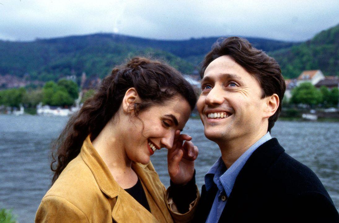 Dr. Markus Kampmann (Ulrich Reinthaller, r.) und Dr. Anne Herzog (Anne von Linstow, l.) sind sehr glücklich zusammen, aber Vater Albert Kampmann ist... - Bildquelle: Krajewsky Sat.1