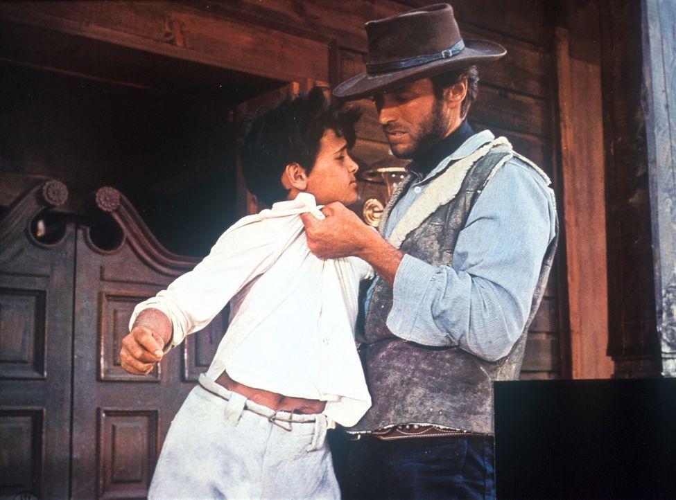 Monco (Clint Eastwood, r.) fasst nicht gerade mit Samthandschuhen zu ... - Bildquelle: United Artists