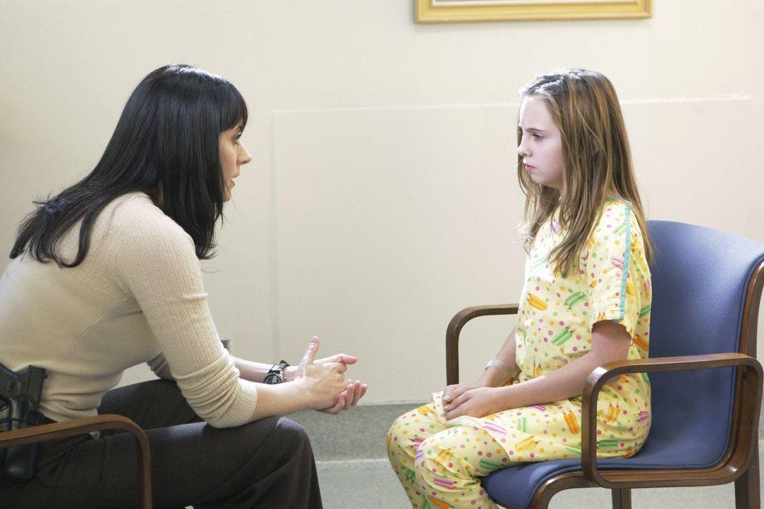 """Weil das entführte Mädchen """"unbrauchbar"""" ist, da sie an Epilepsie leidet, wird sie in eine Decke gehüllt von ihren Entführern aus dem Auto geworfen.... - Bildquelle: Sonja Flemming 2008 ABC Studios. All rights reserved. NO ARCHIVE. NO RESALE. / Sonja Flemming"""