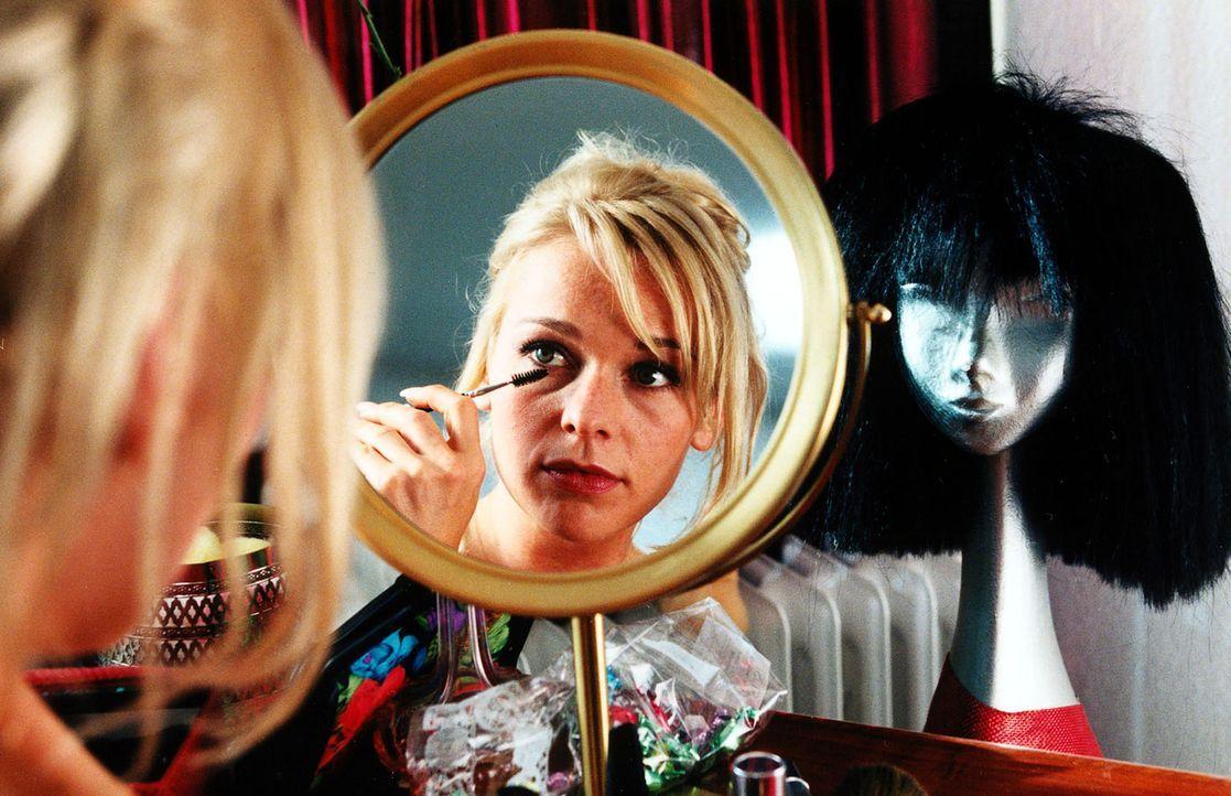 Das Callgirl Susi Slotzki (Jana Hora) erwartet Besuch. Ist es ihr Mörder? - Bildquelle: Diane Krüger Sat.1