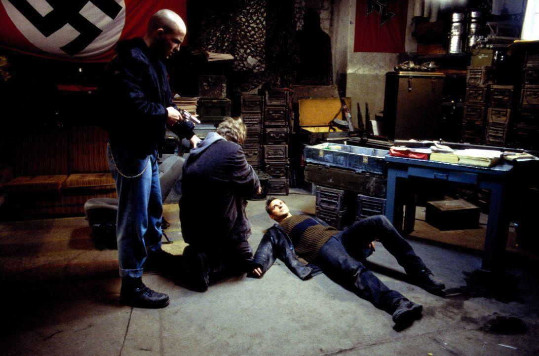 Tom (Steven Merting, liegend) wird bei seinen Recherchen von Rechtsradikalen überwältigt. - Bildquelle: Leslie Haslam Sat.1