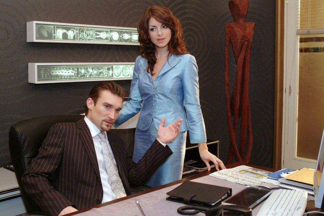 Mariella (Bianca Hein, r.) versucht Richard (Karim Köster, l.) versöhnlich zu stimmen, doch wird von ihm harsch abgewiesen. - Bildquelle: Monika Schürle Sat.1