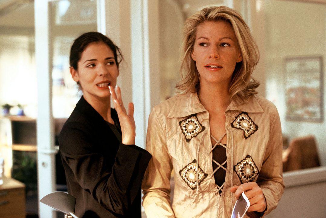 Clara (Sophie Schütt, r.) hat Stress mit ihrer Chefin Nina (Katja Woywood, l.). - Bildquelle: manju.de Sat.1