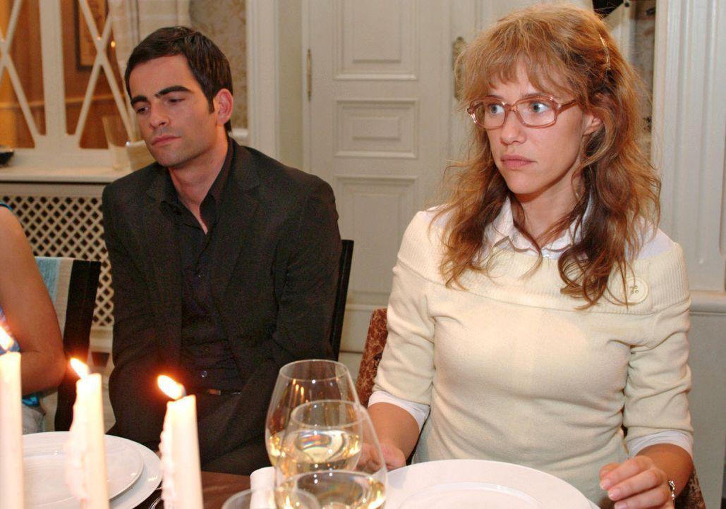 Geschockt verfolgt Lisa (Alexandra Neldel, r.) den Verlauf der Familienfeier, die alle versöhnen sollte. Als die betrunkene  Sophie auch noch enthül... - Bildquelle: Monika Schürle Sat.1