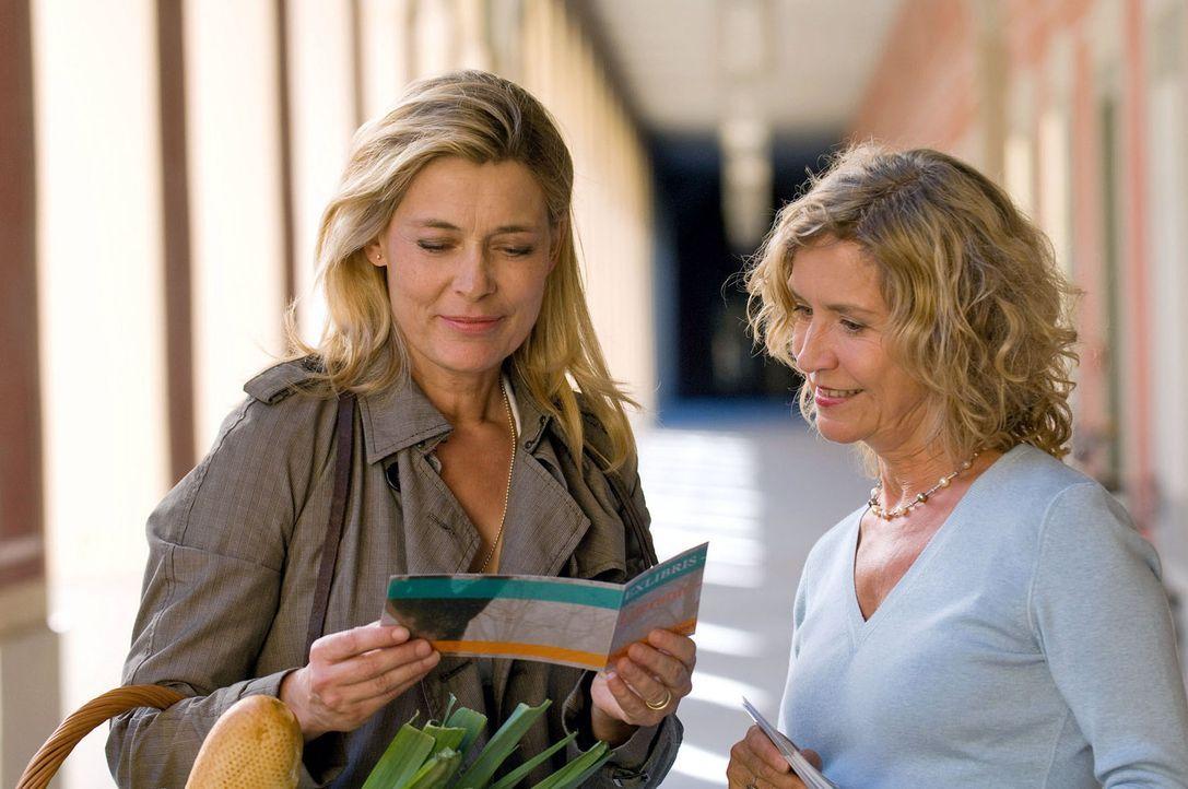 Bestseller-Autorin Christiane (Barbara Rudnik, l.) freut sich mit der Buchhändlerin (Marita Breuer, r.) auf die bevorstehende Lesung. - Bildquelle: Willi Weber Sat.1