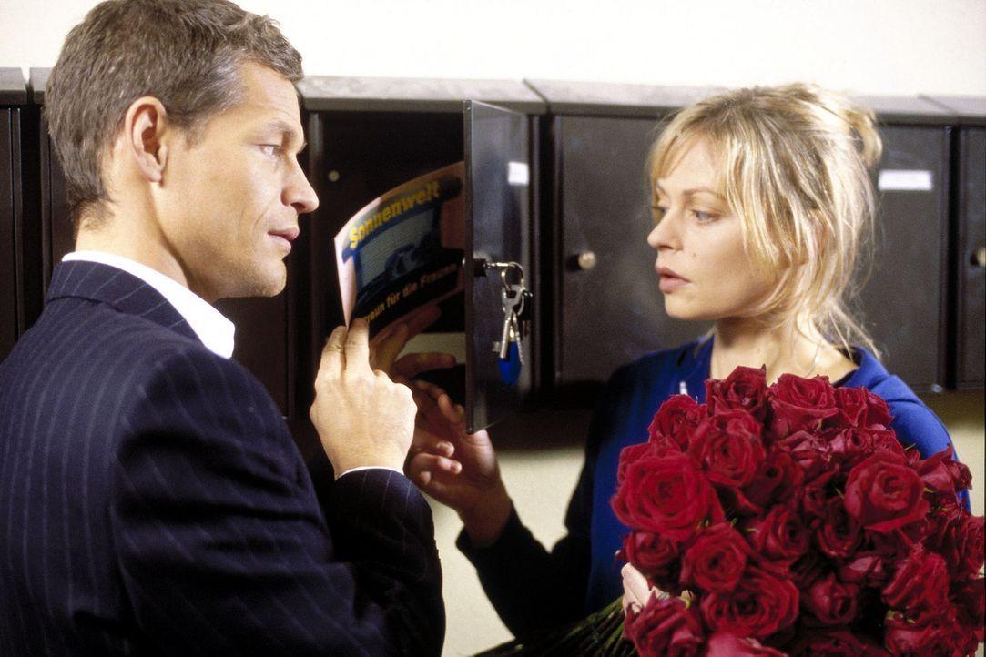 Um endlich eine erfolgreiche Schriftstellerin zu werden, nimmt sich Kim (Susanna Simon, r.) ihren liebeskranken Nachbarn Ludger (Steffen Wink, l.) a... - Bildquelle: Bernd Wiesen Sat.1