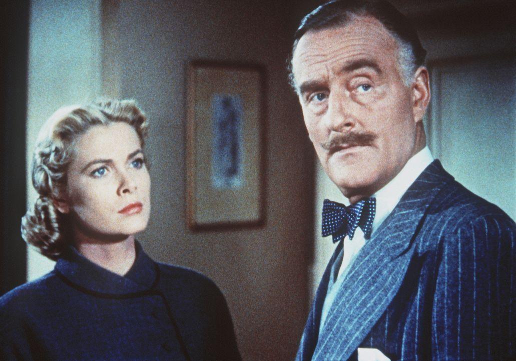 Margot (Grace Kelly, l.) kann nicht fassen, dass Inspektor Hubbard (John Williams, r.) sie tatsächlich des Mordes verdächtigt ... - Bildquelle: Warner Bros.