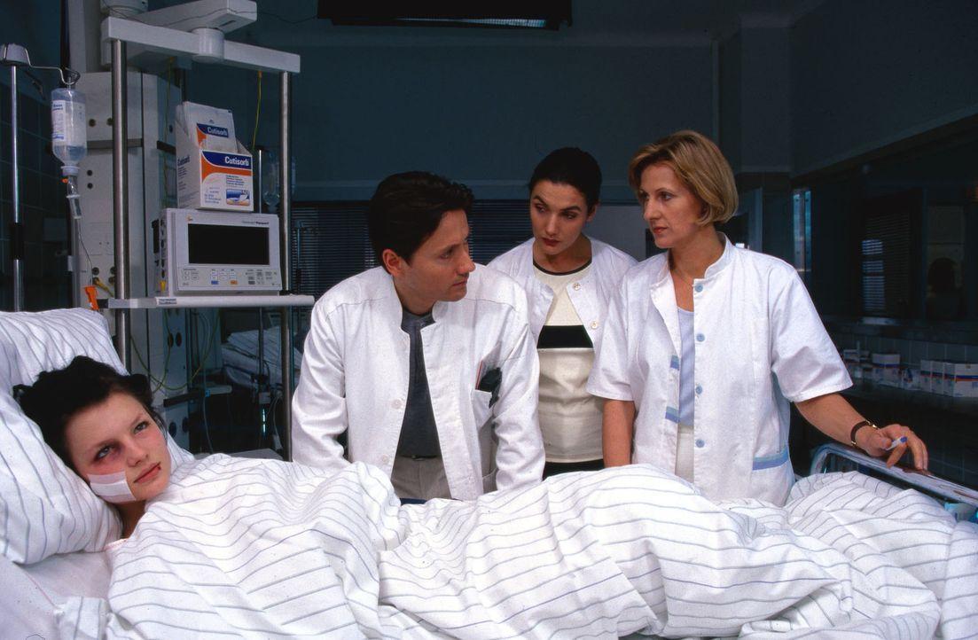 Dr. Kampmann (Ulrich Reinthaller, 2.v.l.), Dr. Herzog (Anne von Linstow, 2.v.r.) und Schwester Hilde (Heike Jonca, r.) haben keine Ahnung wer Joey (... - Bildquelle: Krajewsky Sat.1