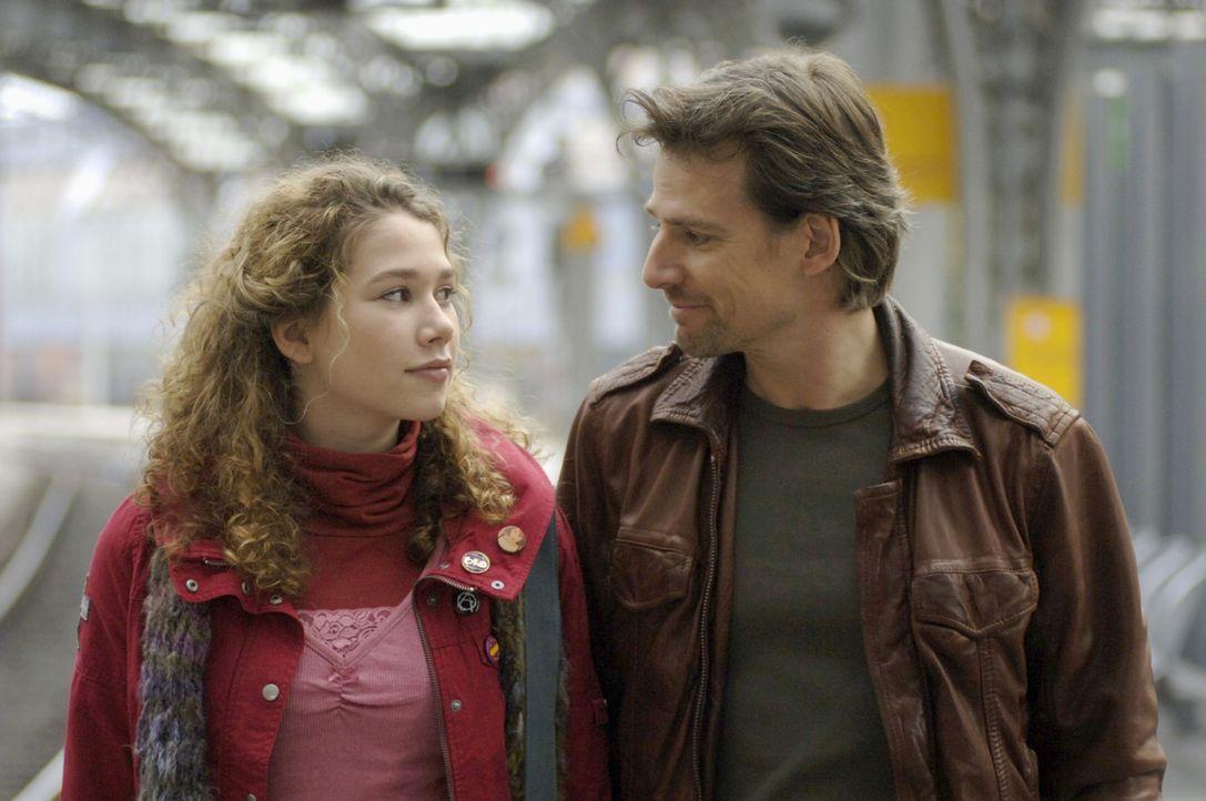 Leon (René Steinke, r.) ist glücklich, dass seine Tochter Romy (Victoria Scherer, l.), die bei seiner geschiedenen Frau lebt, ihn besuchen kommt und... - Bildquelle: Thekla Ehling Sat.1