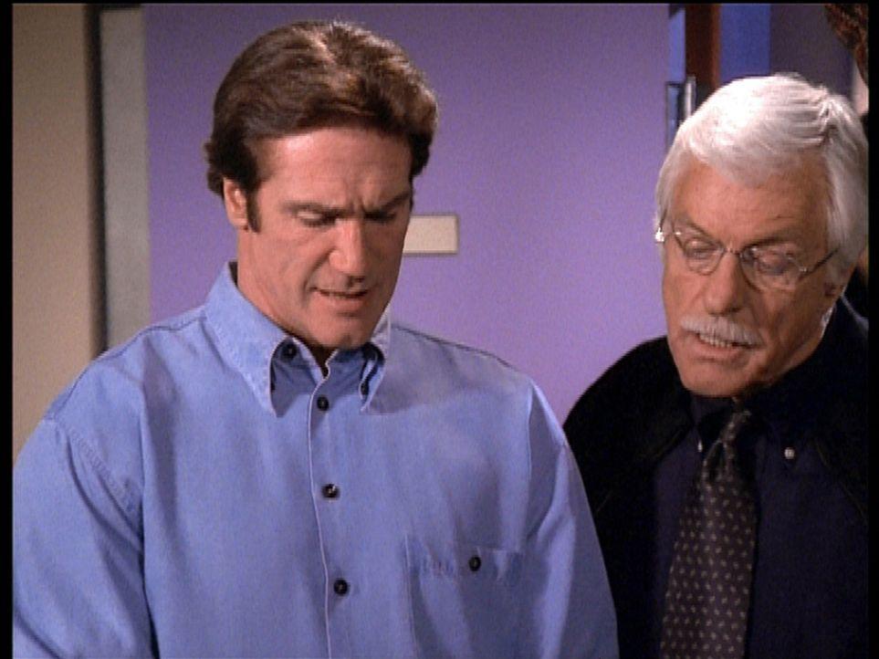 Steve (Barry Van Dyke, l.) und sein Vater Mark (Dick Van Dyke, r.) diskutieren darüber, ob das gefundene Indiz tatsächlich ein Hinweis auf den Mörde... - Bildquelle: Viacom