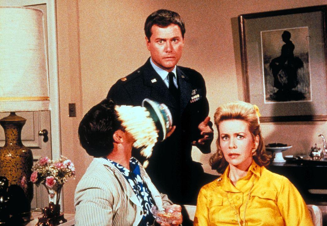 Sind platt: Tony (Larry Hagman, M.), Roger (Bill Daily, l.) und seine Frau Amanda (Emmaline Henry, r.) entdecken Jeannie im Fernsehen ...