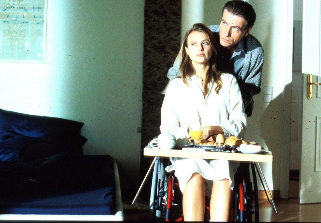 Günther (Jürgen Prochnow, r.) kommt die Hilflosigkeit seiner Frau Hanna (Katharina Böhm, l.) sehr gelegen - jetzt hat er sie völlig unter Kontrolle... - Bildquelle: Rolf von der Heydt ProSieben