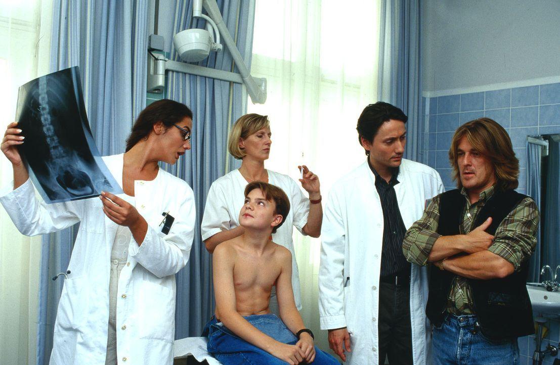 Dr. Anne Herzog (Anne v. Linstow, l.), Dr. Kampmann (Ulrich Reinthaller, 2.v.r.) und Schwester Hilde (Heike Jonca, hinten) diskutieren das Ergebnis... - Bildquelle: Krajewsky Sat.1