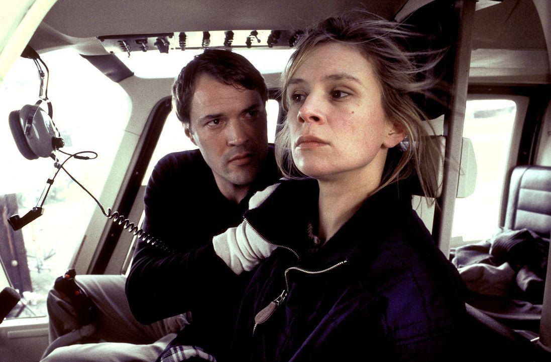 Entsetzt gesteht sich Anna (Susanne Schäfer, r.) ein, dass Ernst (Sebastian Koch, l.) in die Machenschaften der Terrorgruppe verwickelt ist. Ein mör... - Bildquelle: Magdalena Mate ProSieben
