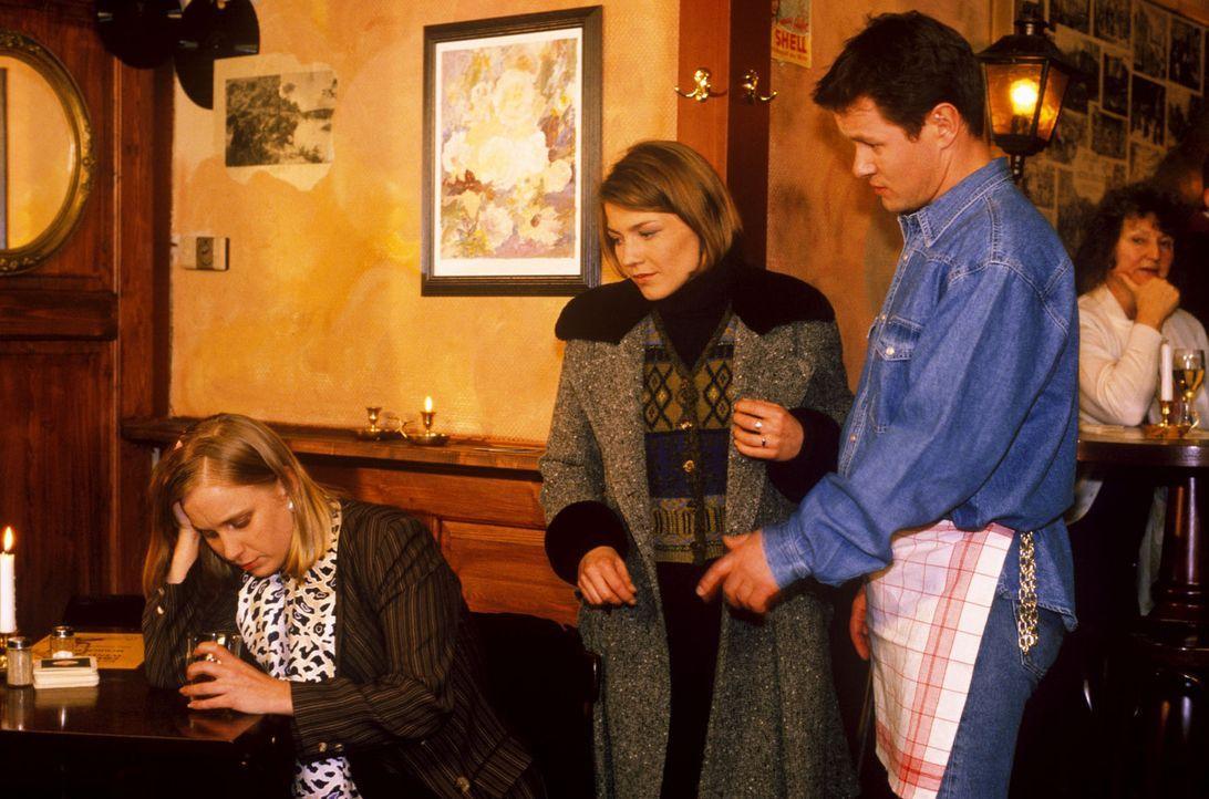 Stephanie (Claudia Schmutzler, M.) findet die unglückliche Susanne Roth (Nadine Neumann, l.) in Lars' (Jens Knospe, r.) Kneipe. Susanne glaubt, das... - Bildquelle: Noreen Flynn Sat.1