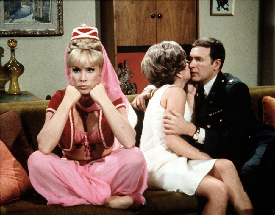 Roger (Bill Daily, r.) rät Jeannie (Barbara Eden, l.), so zu tun, als sei sie schwer zu haben, um Tony endlich zu einem Heiratsantrag zu bewegen. Do... - Bildquelle: Columbia Pictures