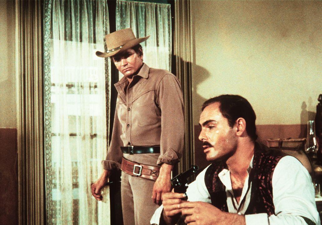Little Joe Cartwright (Michael Landon, l.) versucht, seinen einstigen Freund, den Revolverhelden Steve Friday (John Saxon, r.), vor einem ausweglose... - Bildquelle: Paramount Pictures