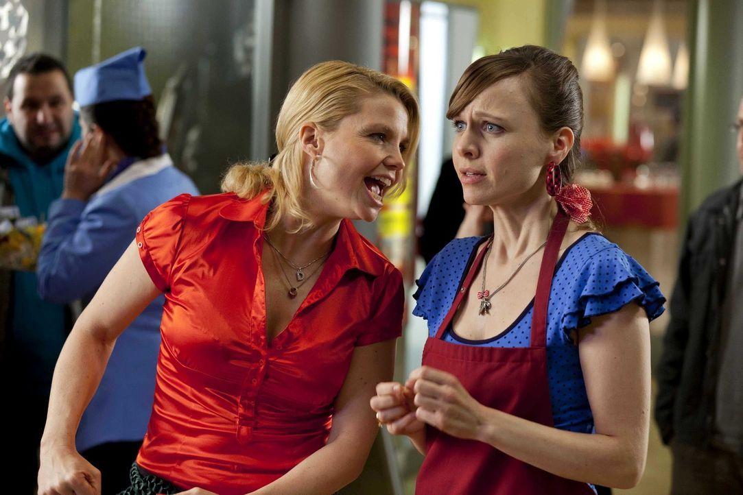 Während Danni (Annette Frier, l.) an einem neuen Fall arbeitet, überlegt Bea (Nadja Becker, r.) ob sie zu ihrem neuen Freund, dem wohlhabenden Gener... - Bildquelle: Frank Dicks SAT.1