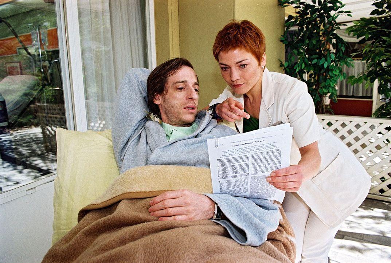 Der Aidskranke Nico Berthold (Christian Wittmann, l.) entschließt sich, trotz seines Leidens an einer Therapie teilzunehmen, die sein Leben verlänge... - Bildquelle: Noreen Flynn Sat.1