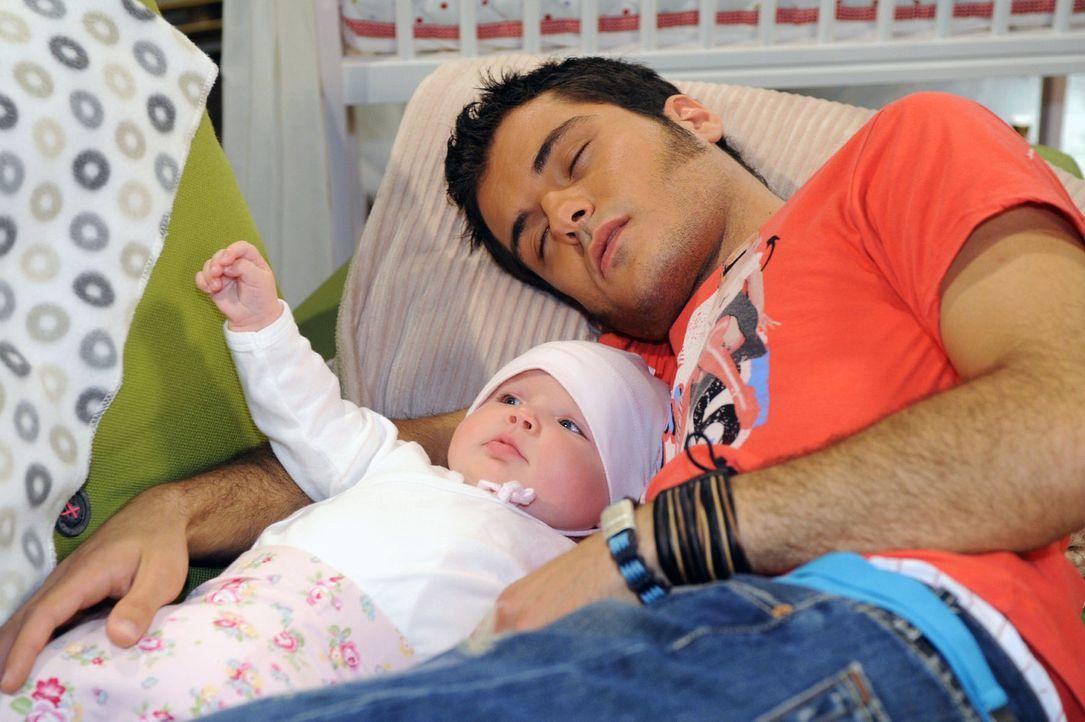Maja wird in Bezug auf Maiks Babysitterqualitäten eines Besseren belehrt. v.l.n.r.: Pia (Marlene Thiele), Maik (Sebastian König) - Bildquelle: Oliver Ziebe Sat.1