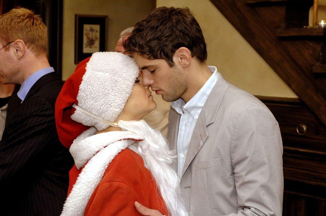 Anna (Jeanette Biedermann, l.) wird versehentlich von Jonas (Roy Peter Link, r.), der Katja in der Weihnachtsmannverkleidung erwartet hat, geküsst... - Bildquelle: Oliver Ziebe Sat.1