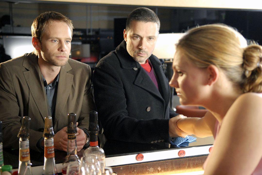 Philip (Julian Weigend, l.) und Benno (Denis Petkovic, M.) befragen die Freundin der Toten, Daniela (Anne Bertheau, r.). - Bildquelle: Christoph Assmann Sat.1