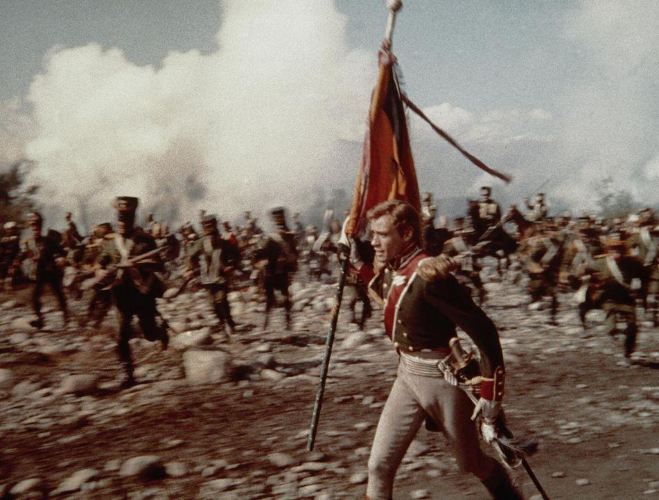 In der Schlacht von Austerlitz: Sowohl im Krieg als auch im Frieden liebt Andrej Bolkonski (Mel Ferrer, r.) die blutjunge Natascha, die seine Liebe...
