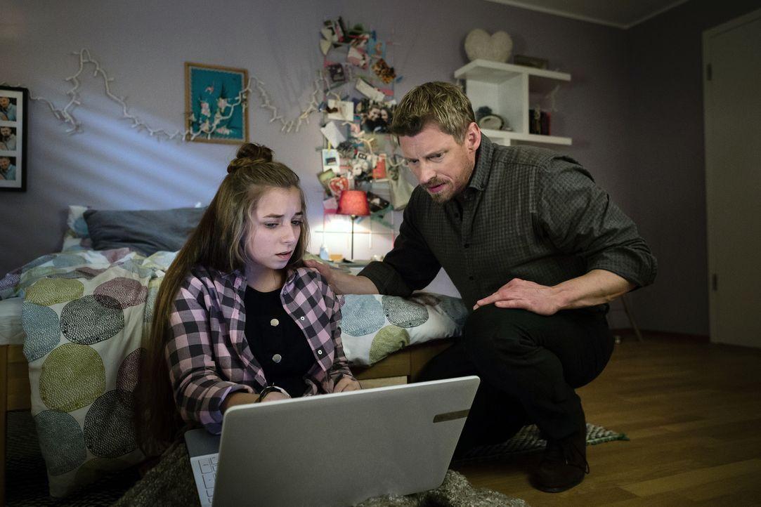 Noch glaubt Marcus (Martin Gruber, r.), dass er das Nacktbild seiner Tochter Lara (Aleen Kötter, l.) schnell aus dem Internet löschen kann. Ein fata... - Bildquelle: Arvid Uhlig SAT.1/ Arvid Uhlig