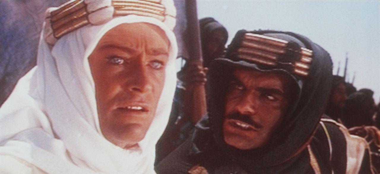 Der britische Offizier T. E. Lawrence (Peter O'Toole, l.) versucht Sherif Ali ibn el Kharisch (Omar Sharif, r.) zu überzeugen, sich mit weiteren ara... - Bildquelle: Columbia Pictures