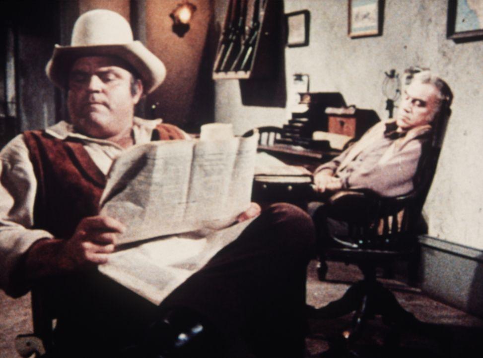Seitdem ihr Vormann unglücklich verliebt ist, haben Ben Cartwright (Lorne Greene, r.) und sein Sohn Hoss (Dan Blocker, l.) allerlei Sorgen. - Bildquelle: Paramount Pictures