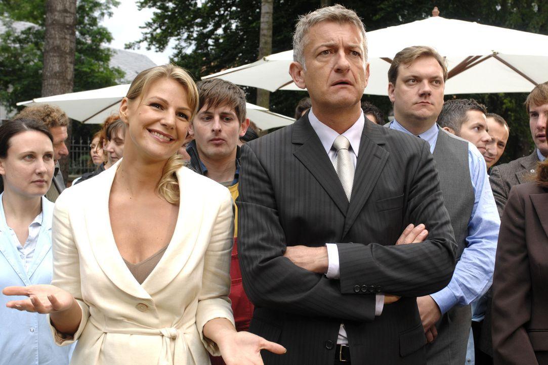 Pit (Dominic Raacke, r.) glaubt zu träumen. Der scheidende Geschäftsführer ernennt nicht ihn zu seinem Nachfolger, sondern Katharina Kessler (Sophie... - Bildquelle: Oliver Ziebe Sat.1