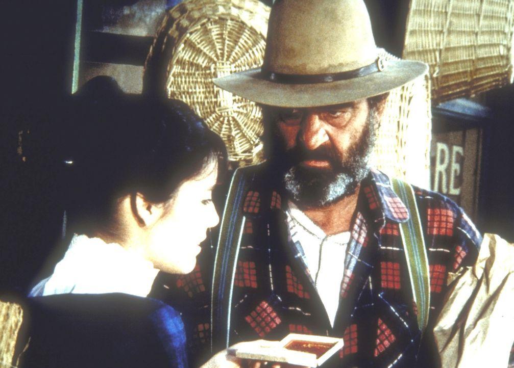 Mr. Edwards (Victor French, M.) hat ein Geschenk für Jane (Jill Schoelen). - Bildquelle: Worldvision